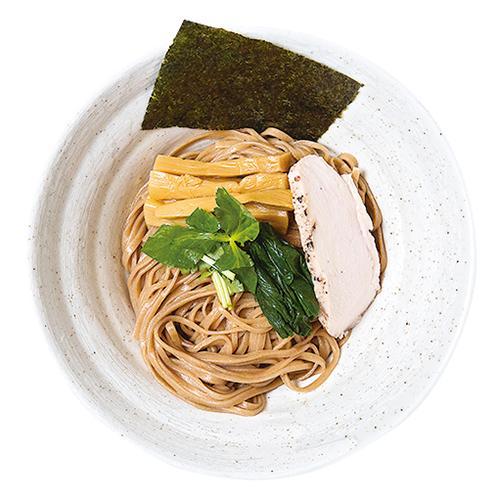 ↑ザ・しおつけ麺(910円)。深い味わいの自家製麺は、香り高い乱切り平打ちストレート。低温調理のしっとり鶏ムネ肉と、トロトロ豚バラチャーシューも絶品だ