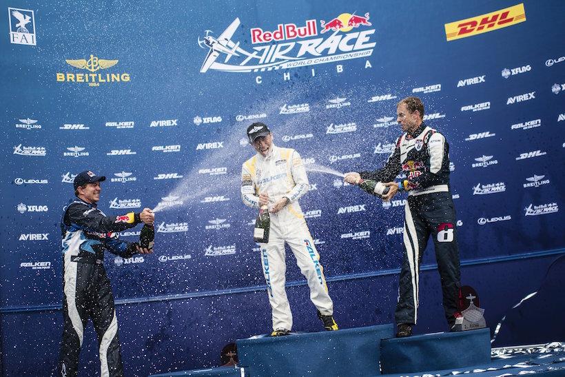 ↑マルティン・ソンカ選手、カービー・チャンブリス選手とともに、表彰台のセンターでシャンパンファイトをする室屋選手 Jörg Mitter/Red Bull Content Pool