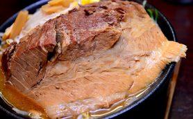 【日本一のデカ肉ラーメン!?】全長20cm×重さ200gの巨大チャーシューが立ちはだかる松戸「そい屋」