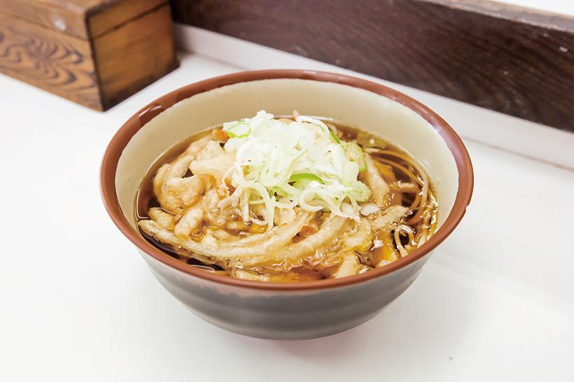 ↑かき揚天ぷらそば(350円)。玉ねぎの甘みと油がつゆに広がり、箸が止まらなくなる