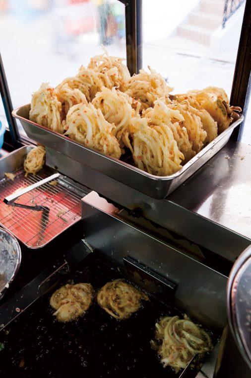 ↑店内では揚げ専門の女性店員がかき揚げや春菊天を揚げ続けている。その間も注文が入り、揚げた天ぷらがどんどん出ていく