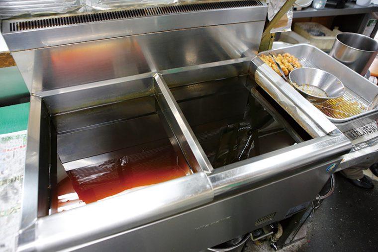 ↑天ぷらの揚げには2槽式のフライヤーを使用。まず温度高めの油で衣と種をパッと散らし、その後低温側に移して中までじっくり火を通す
