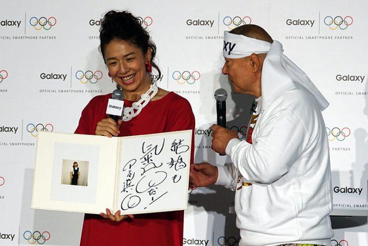 ↑サプライズプレゼントとしてGalaxyで撮った浜口さんのお見合い写真と、アニマル浜口さんからのメッセージが書かれた色紙も贈呈されました