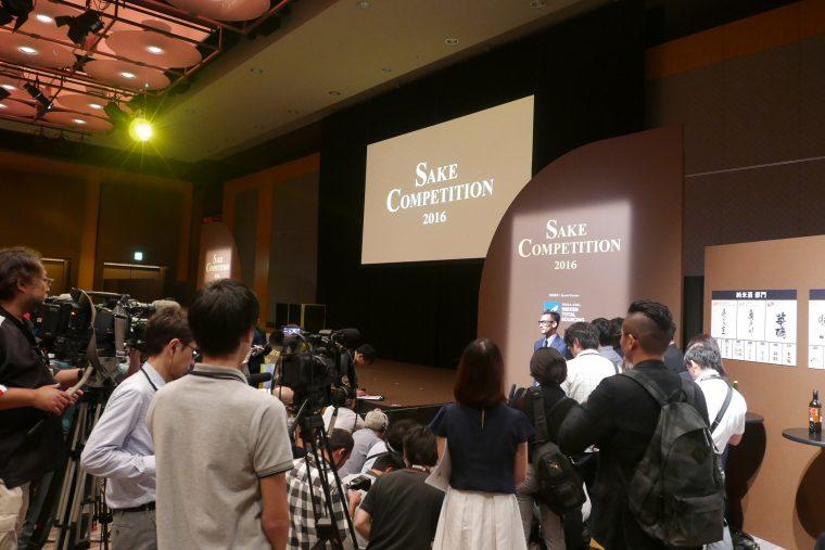 ↑表彰式では、テレビをはじめ、多くの報道陣が詰めかけました