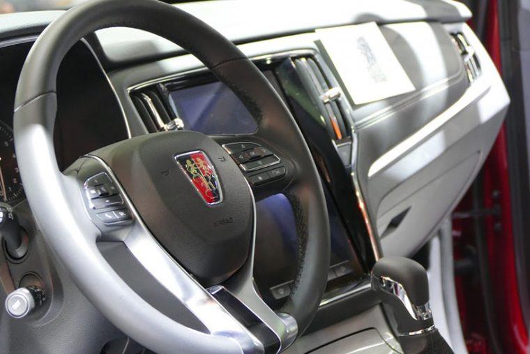 ↑車内には3つのディスプレイがある