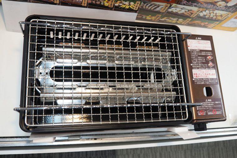 ↑ガス火の上に「輻射板」をかぶせることで、食材が直火で焦げるのを防ぎます。輻射板が加熱した熱を使うので、食材の中心までじくkり加熱できます