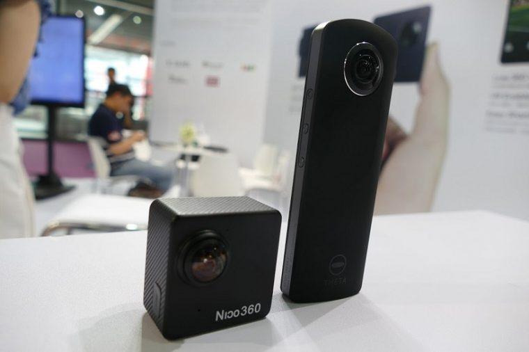 ↑リコーの360度カメラ「THETA S」(右)と比べると高さは半分以下