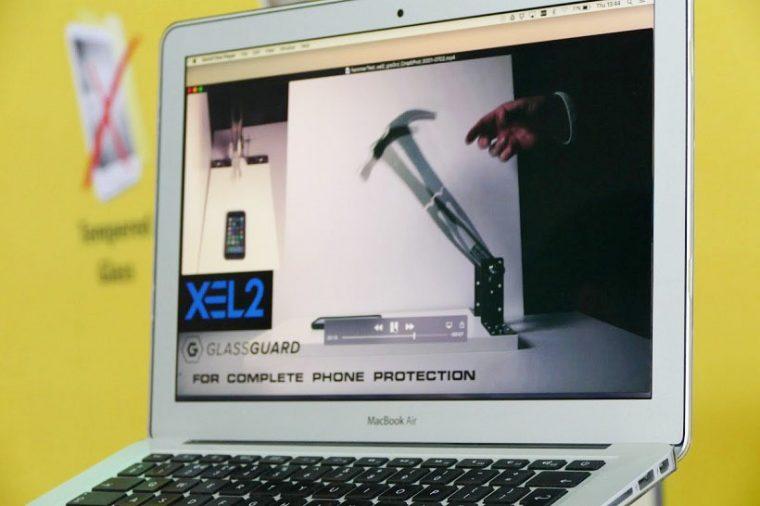 ↑デモ動画では、片手持ちのハンマーが振り下ろされますが、ディスプレイは無事