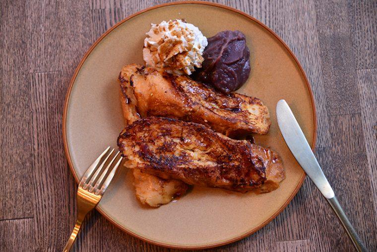 ↑猿田彦のフレンチトースト+ホイップクリーム(518円)。ソースは、アトリエ仙川限定の「あずきと黒蜜の和ソース」をチョイスしたもので、7月6日までの限定フレーバーとのことです。味はほろ甘い大人のテイストで、ふわっと軽く食べやすい食感も魅力