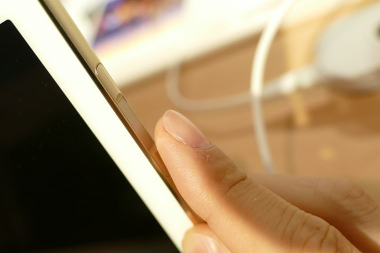 ↑側面に指紋センサーを搭載。ワンタッチでロック解除を行える