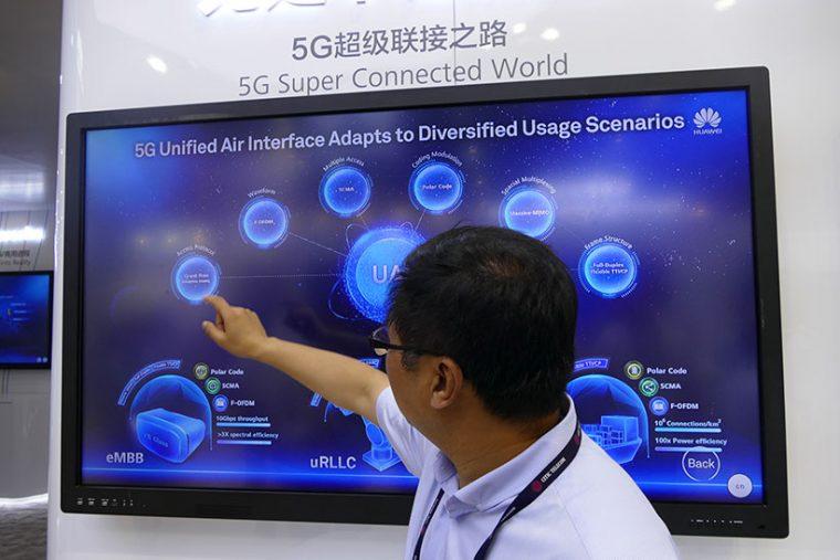 ↑5G関連の技術を解説するファーウェイのパネル