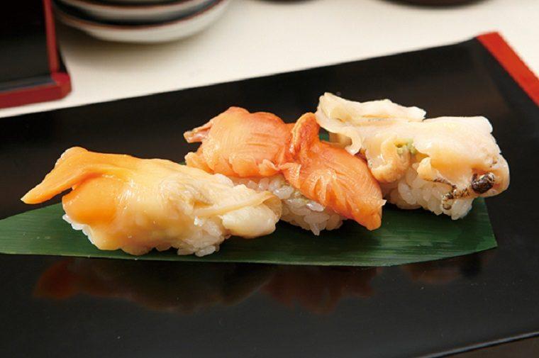 ↑活貝三貫(648円) 板前オススメの活貝三貫をセットに。この日は青柳、赤貝、つぶ貝をセレクト。青柳は身が厚く、独特の風味と苦味が美味い。赤貝は甘みとシコシコした食感に唸らされた