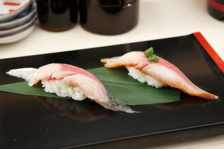↑生鯖、漬け鯖/一貫(各205円) 大分の生さばは脂の乗りが抜群で、食べるとうまみが口の中に一気に広がる。漬けにして食べると、脂の濃厚さはそのままに、味わいがさらにまろやかになる
