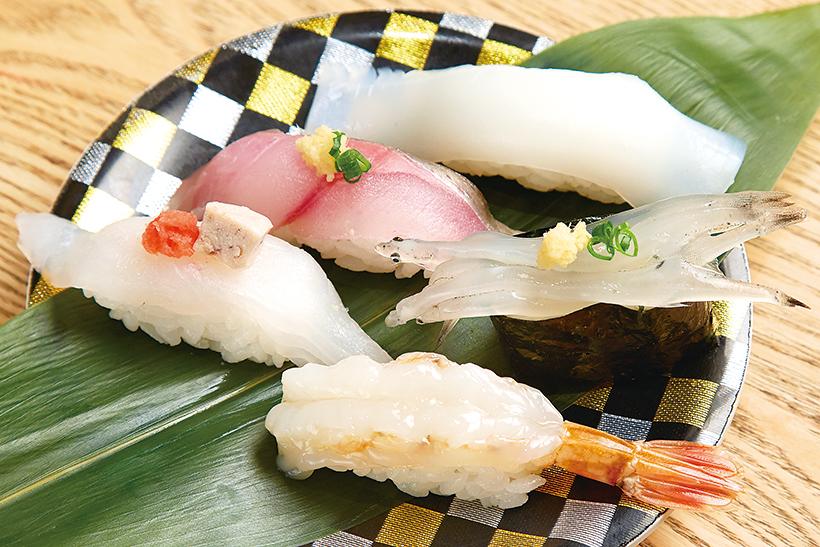 ↑板前おまかせ五貫(価格はネタにより変動) その日に仕入れた魚の中から特にオススメのネタを提供。写真上からあおりいか、あじ、しらうお、かわはぎ、白もさえび