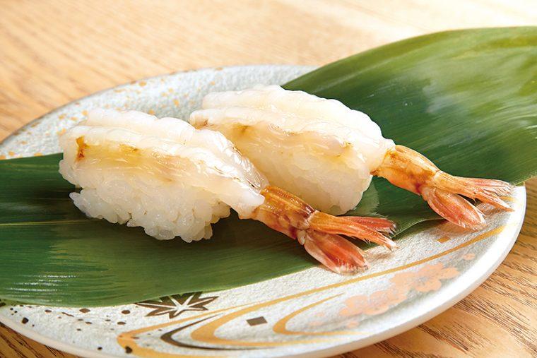 ↑白もさえび/二貫(572円) 前の夜に福井の海で獲れた白もさえびが、翌日にはカウンターに並ぶ。甘えびの甘みにうまみが乗った味わい、プリプリの食感は、一度食べるとやみつきに