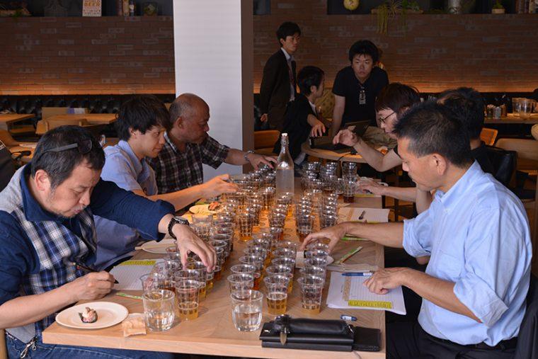 ↑ビアジャーナリスト協会会長の藤原ヒロユキ氏(手前左)やSVBのマスターブリュワー・田山智広氏(手前右)、常陸野ネストビール(木内酒造)の木内洋一専務(左から3番目)など、業界の最高権威が一堂に集結