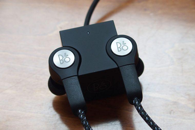 ↑充電は専用のチャージングキューブにイヤホンのユニットを接続する。マグネットで付けられるので簡単に着脱可能です