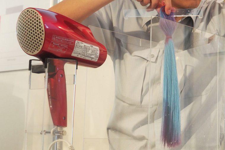 ↑会場では人口毛束を乾燥させるデモンストレーションも。乾くと水色に変色する人口毛束をEH-NA98で約45秒乾燥させます。送風開始とともに、髪が広がり水が吹き飛ばされるのを確認。45秒後には毛束のほとんどが乾いていました