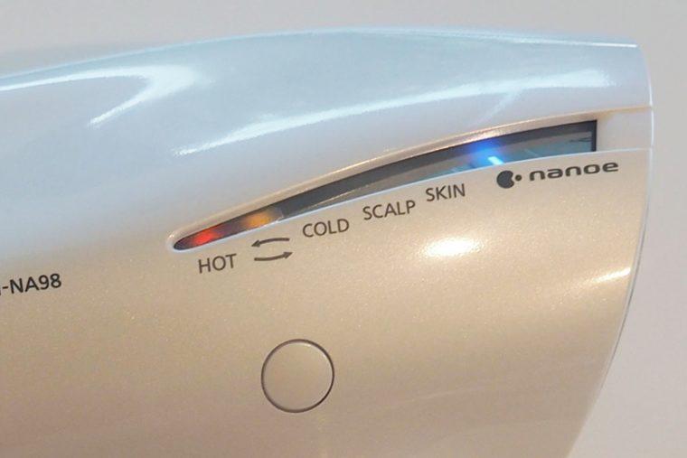 ↑EH-NA98はハンドル部に風量などのスライドスイッチ、本体側面に温度やモードを切り替えるボタンがあります。現在のモードは本体側面のLEDで確認。写真は温風と送風を切り替える「温冷リズムモード」選択時です