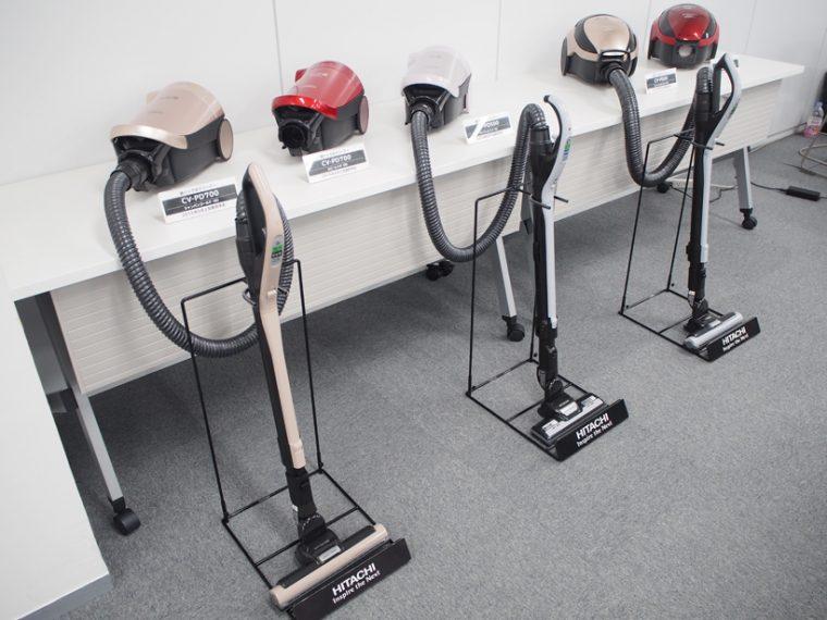 ↑同じく「スマートヘッド」を搭載した紙パック式クリーナーの新モデル「かるパック CV-PD700」(左2台)は8月上旬発売予定