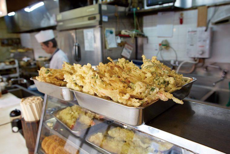 ↑きれいに形よく揚げられた天ぷらがバットに並ぶ。天ぷらは朝1回、昼1回揚げられる