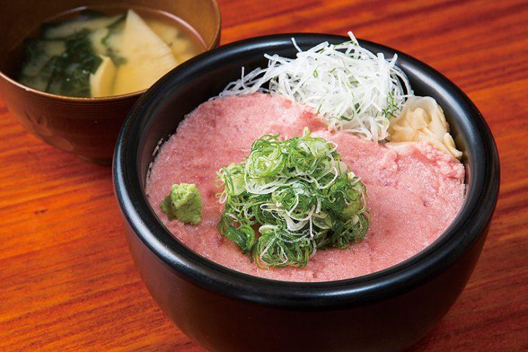 ↑葱とろ丼(800円) 中落ちを丁寧に削ぎ、筋と骨を除いて細かくミンチに。クリーミーな味で、極細に刻んだ葱や大葉、大根と一緒に食べるとより芳醇