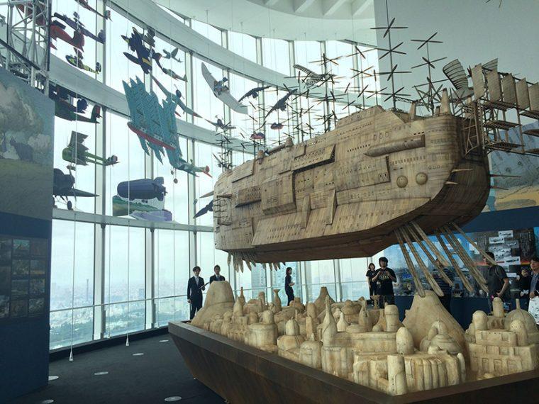 ↑観る者を圧倒する飛行船。展示会場は海抜250mの位置にあるため、天空の眺望とあわさって臨場感たっぷり
