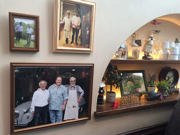 ↑宮﨑駿監督の親友でもあるピクサーの創始者・ジョン・ラセター監督や、かつて「風の谷のナウシカ」の原画を担当していた庵野秀明監督との写真も飾られている