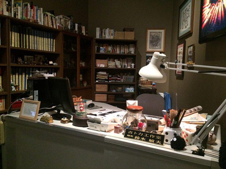 ↑鈴木敏夫プロデューサーの作業机を再現。本棚には過去作品の資料を収めたファイルがギッシリ