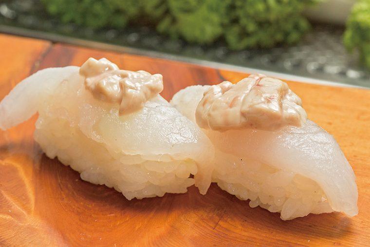 ↑ウマづら(肝つき)/一貫(200円) 佐島産のうまづらを使った握り。身は上品な味だが、これに重厚なうまみの肝が乗ることで、おいしさがさらにアップする。店に入っていたら、絶対に食したい逸品だ。