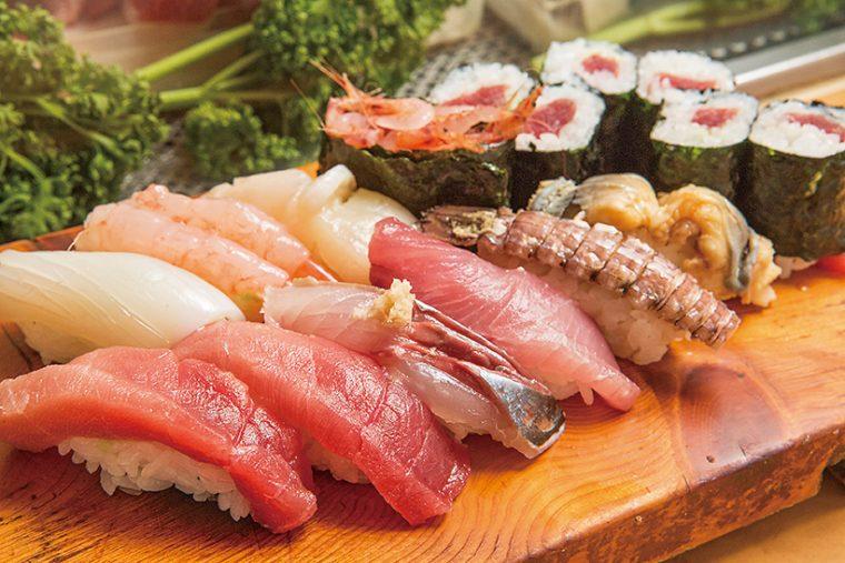 ↑おまかせ握り・上(1500円) 本まぐろ中とろ二貫をはじめ、あじや桜えびの軍艦、ほたて、穴子など多彩な寿司がズラリ。ネタは日によって変わる
