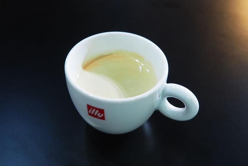 ↑CVA 6800で抽出したコーヒーを試飲。エスプレッソをうまく抽出できた証である「クレマ(泡)」がしっかりと表面を覆っています
