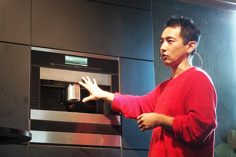 ↑人気カフェをマネージメントする浅本氏は、CVA 6800の抽出設定を調整できる機能を絶賛