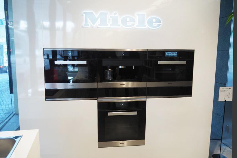↑同製品は「Generation 6000」シリーズのひとつです。シリーズには今回発表されたエスプレッソマシン(上中央)のほか、電子レンジ機能付きオーブン(上左)やスチームオーブン(写真右)、電気オーブンなどがあります
