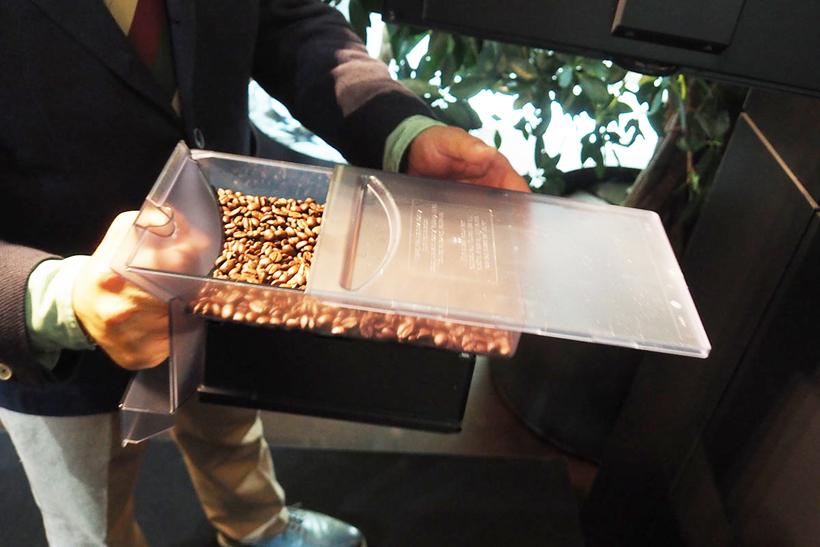 ↑本体のメンテナンスや豆などの補充は、前面パネルを開いて行います。内部は4つの引き出し式ブロックになっており、右下が水タンク、右上が豆ホッパー。また、左下には使用済みのコーヒー粉が溜まります
