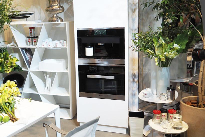 ↑シリーズ製品はデザインに統一感があるので、並べてビルトインするのもおススメ。写真は上にCVA 6800、下にオーブンを配置した展示