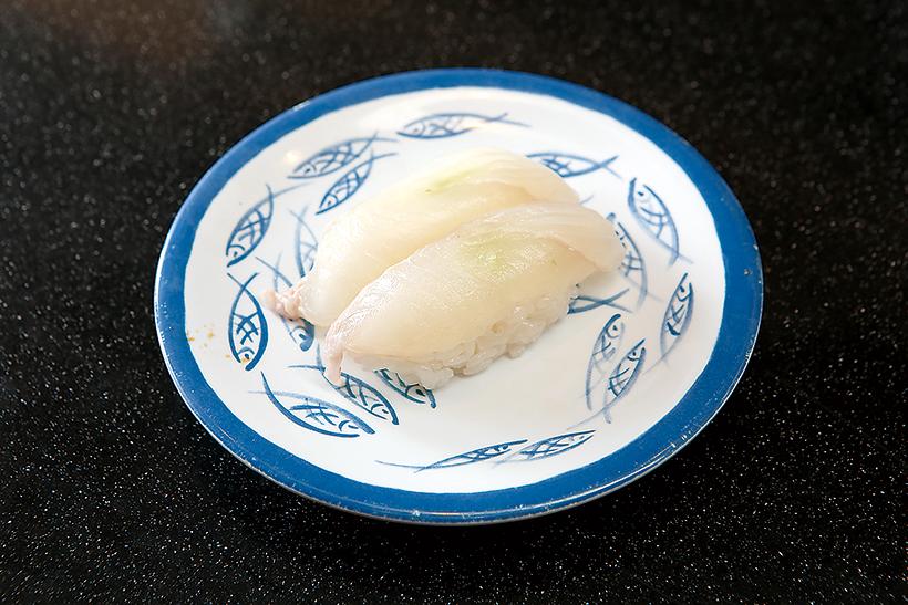 ↑平目/二貫(194円) 厚めに切られたひらめはしっかりとした弾力があり、噛みしめるほどにうまみがあふれる。しょうゆでもいいが、塩で食べると素材の味をよりダイレクトに楽しめる