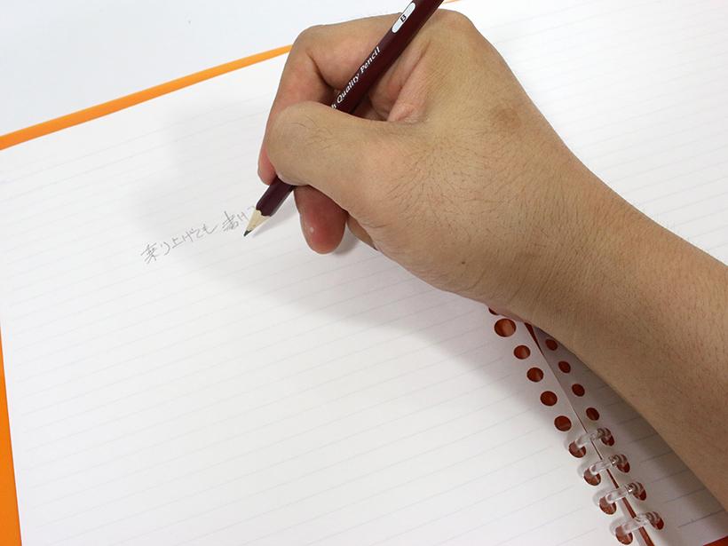 ↑右利きが左ページに書いてもリングに手が乗り上げない