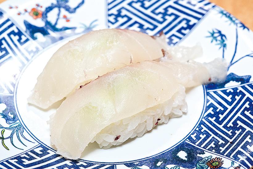 ↑朝〆真鯛/二貫(135円) 魚河岸で朝〆した鯛を提供。〆たあと数時間寝かせることで、身が柔らかくなり、うまみが増す。噛むほどに鯛のうまみがじわじわと出てくる、滋味豊かな味わい
