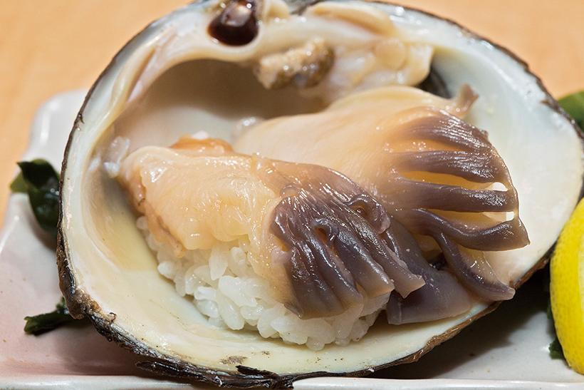↑殻付きホッキ貝/二貫(290円) 殻付きの活きたほっき貝を、注文後にさばいて提供。シャキシャキとした食感が心地よく、新鮮な貝ならではの豊かな甘みが口に広がる。ネタをシャリと一体にさせる技も見事だ
