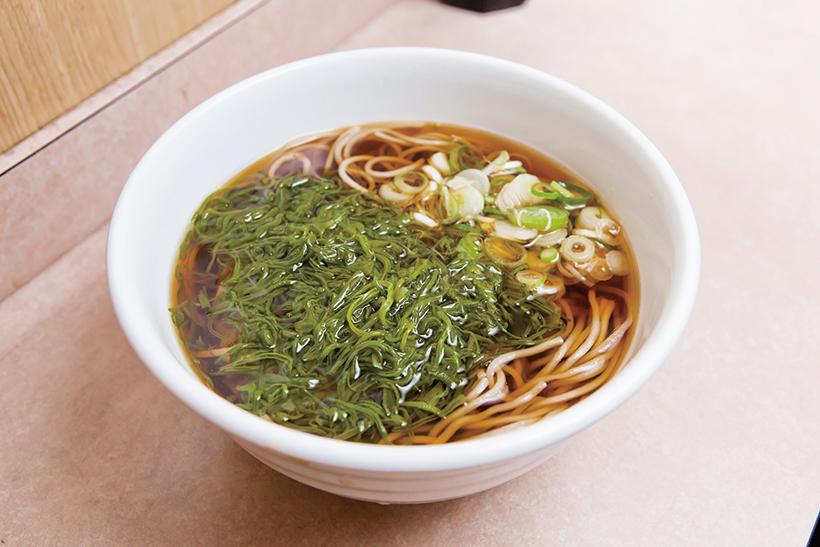 ↑めかぶそば(400円)。宮城県三陸産のめかぶがたっぷり。ツルツルの食感が、のどごしのいい細麺と合う