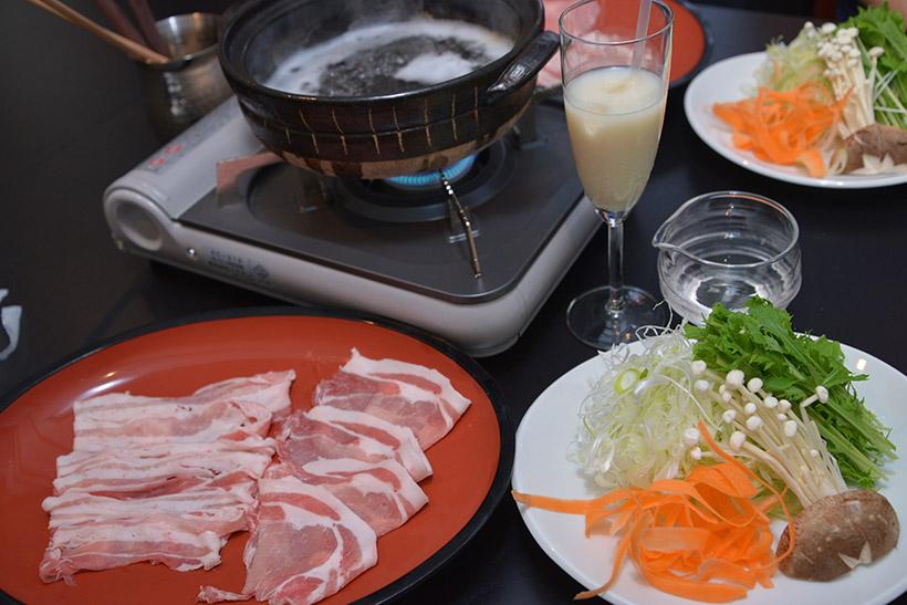 ↑100%日本酒しゃぶしゃぶセット 1人前3900円(前菜3品、銀座 蔵麹豚しゃぶしゃぶ、野菜盛り、日本酒鍋、釜炊きごはんorうどん)