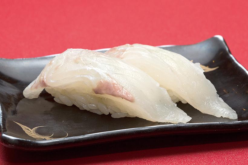 ↑天然平目/二貫(540円) 身が分厚い天然ひらめを使用。噛む力を跳ね返すほどの弾力があり、淡白な味わいの魚だが、咀嚼するうちにうまみがどんどん出てくる。食べ応え満点のひと皿