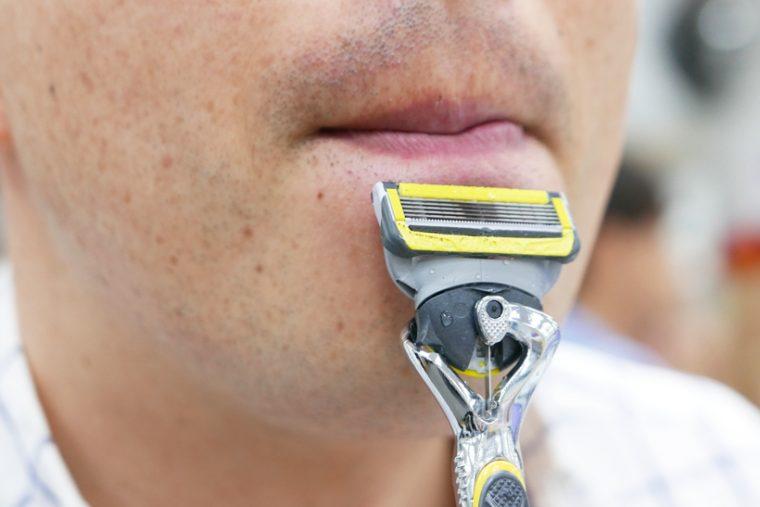 ↑唇の下、鼻の下などを剃るのに便利です