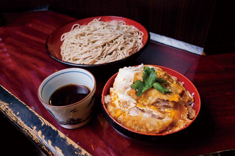 ↑ミニヒレカツ丼セット(680円)。肉厚なヒレカツを使ったミニカツ丼にそばが付く、同店の人気メニュー