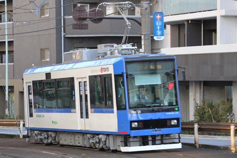 ↑都電8900形、2015年に導入された。ブルー(写真)のほか、オレンジ、ローズピンクの3色の電車が走る
