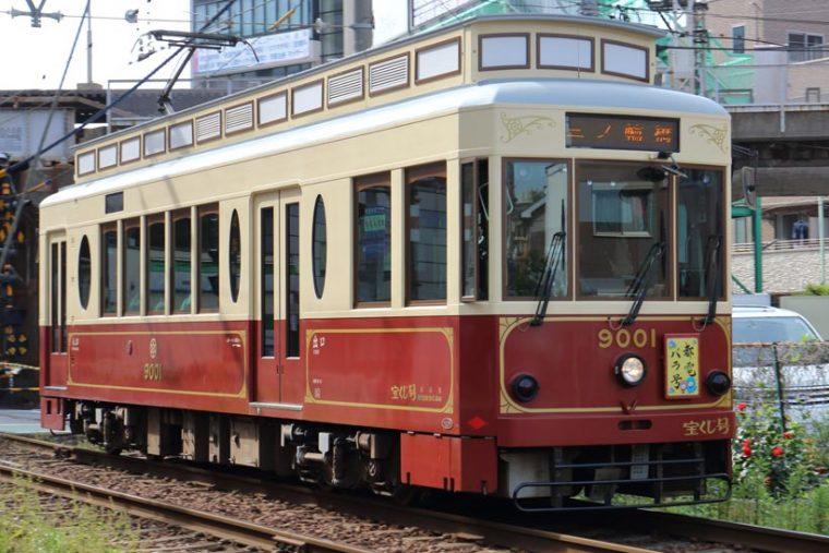 ↑都電9000形。2007年から走り始めた電車でレトロな外観が特徴。エンジ(写真)とブルーの2両が造られた。団体向け貸切車両としても使われている