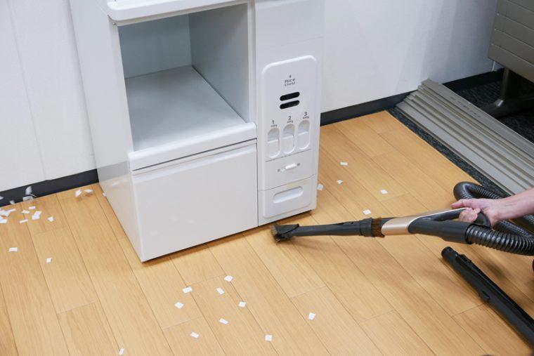↑家具の下に入り込んだホコリを風で吹き飛ばすにも便利です