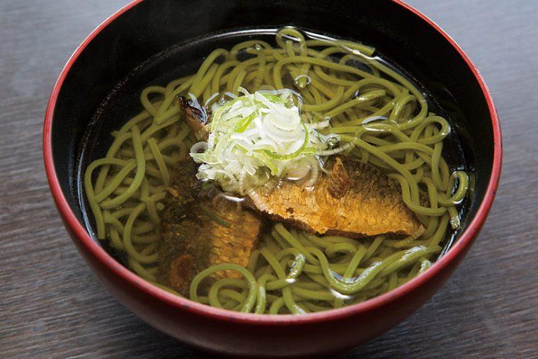 ↑にしん茶そば(518円) 京都名物の茶そばで、身欠きにしんのだしがつゆに溶けてうまい