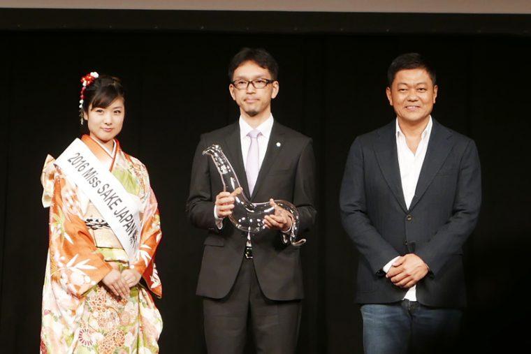 ↑純米吟醸部門の表彰。茨城県工業技術センターの武田文宣さんが代役を務めました
